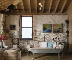 15 Gorgeous Beach Style Living Rooms with a Dash of Woodsy Charm