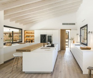 A Masterclass in Use of White and Wood: Oxygen in Catalonia