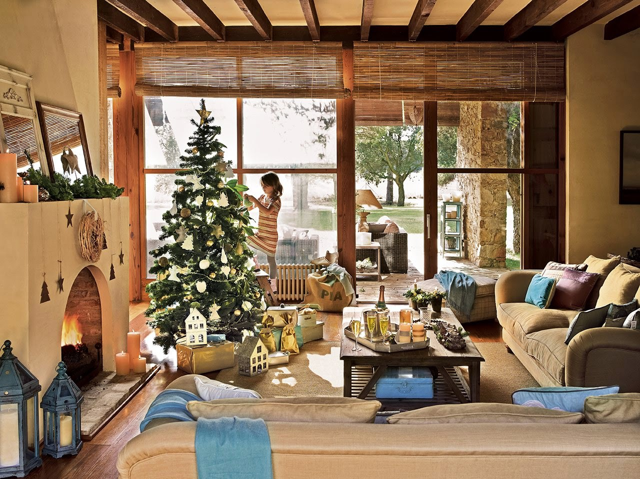 Beautiful christmas decor in a spanish home for Christmas home designs