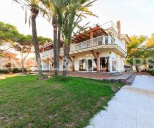 Breath of Fresh Air. Great Seafront Villa in Punta Prima