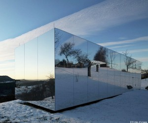 Casa Invisibile - A Custom Mirrored Prefab