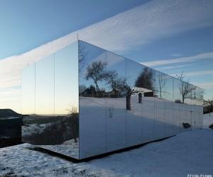 Casa Invisibile - A Custom Mirrored Prefab