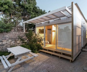 Cost-Effective Tiny Cabin in Wood and Polycarbonate Panel Makes an Impact