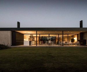 Dark and Dashing Exterior in Black: Contemporary LL House in Argentina