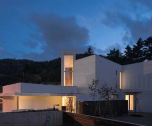 Double Angle House by Akasaka Shinichiro Atelier