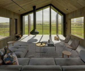 Gorgeous Guest House with Operable Panels Enchants with Magical Views