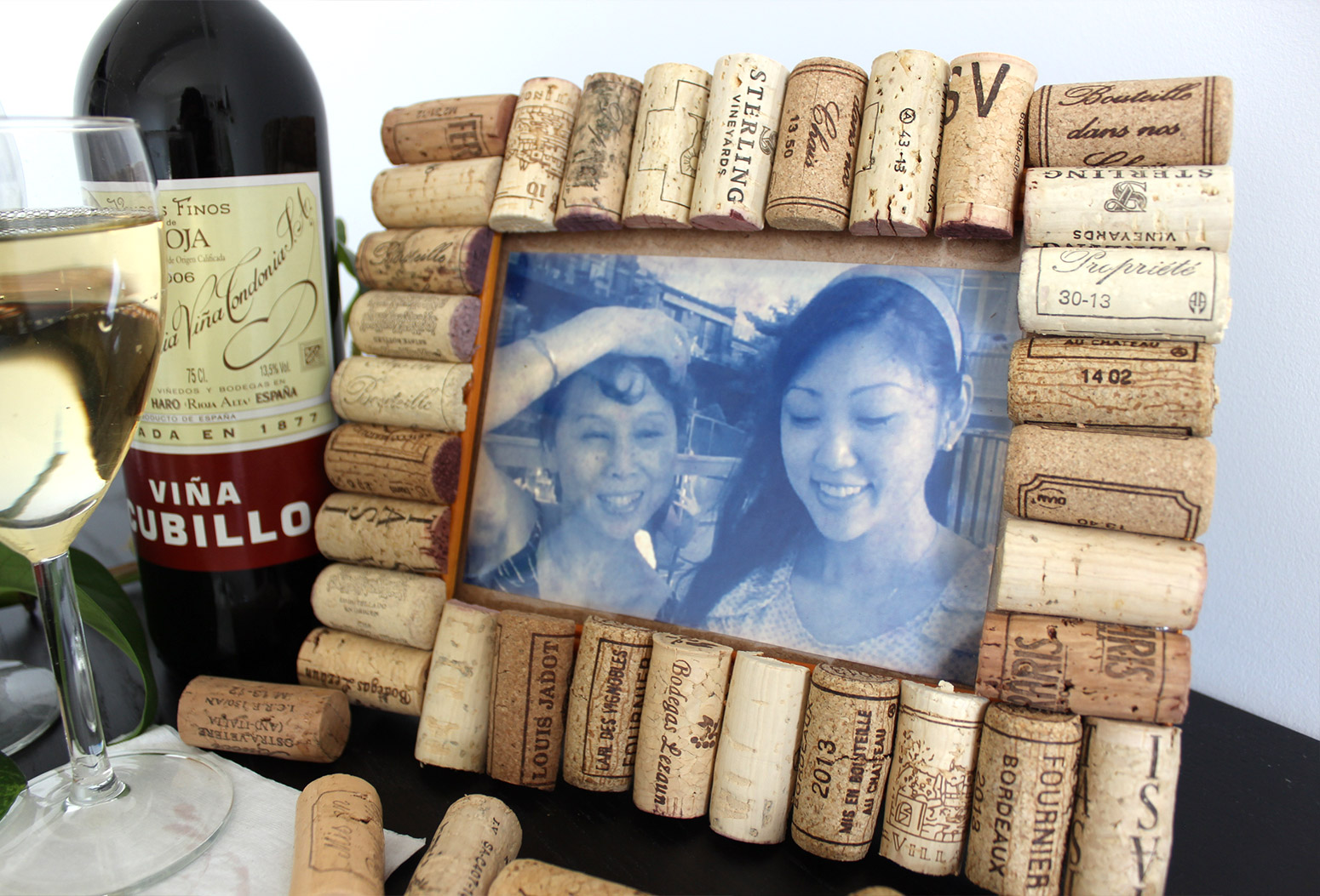 How to make a cute and rustic picture frame using recycled wine corks jeuxipadfo Choice Image