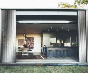 Inventive Sliding Screens Create an Adaptable Home on Queenslands Sunshine Coast