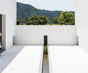 Kouichi Kimuras Courtyard House, Shiga