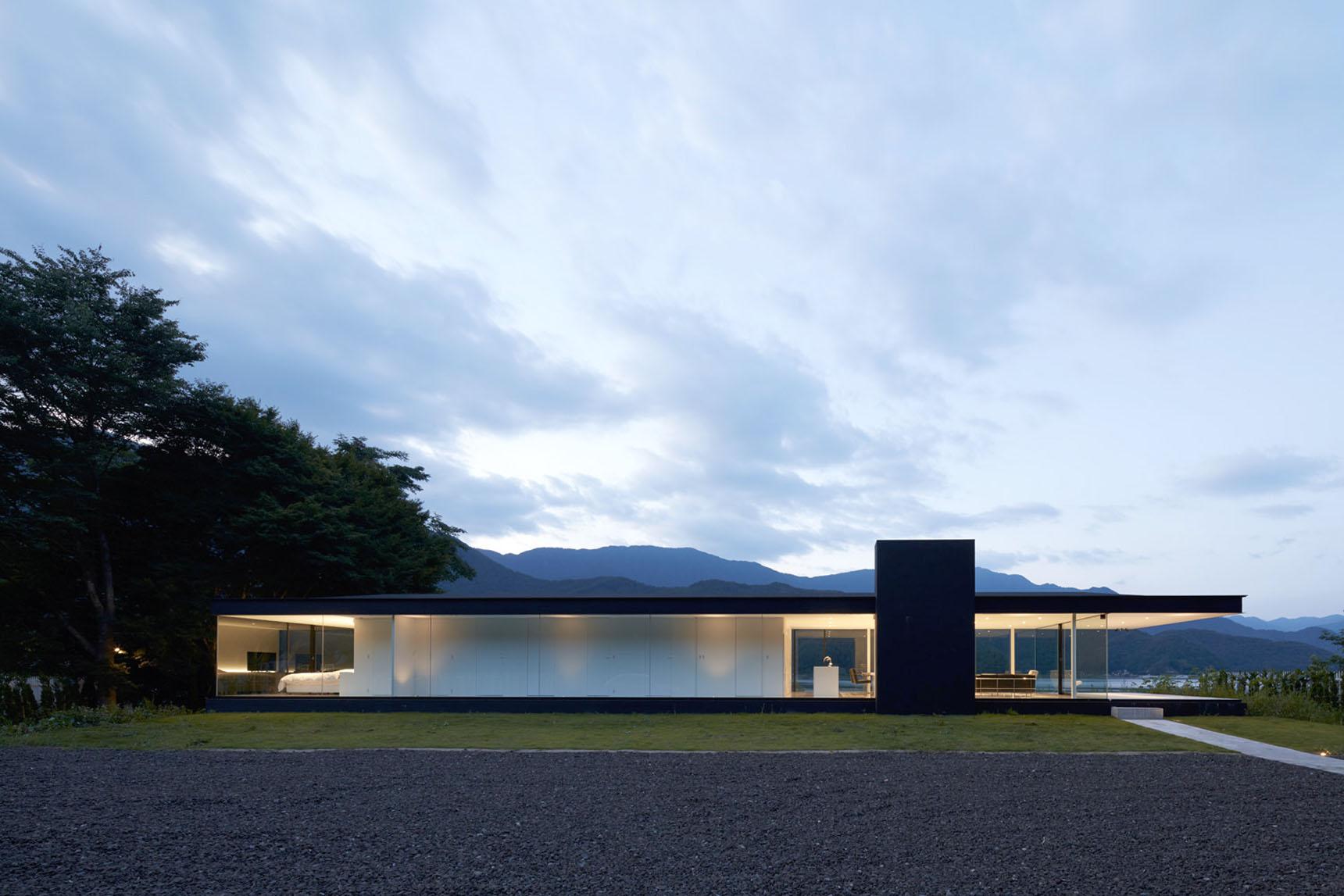 Lakeside house by shinichi ogawa associates for Lakeside home