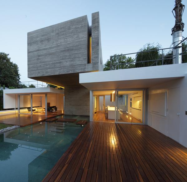 Modern concrete bunker house in buenos aires for Arredare casa moderna con poco
