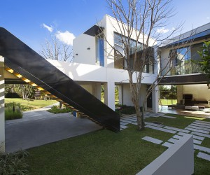 Modern Construction with an Intimate Relationship Between Exterior and Interior