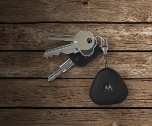 Motorola keylink- the best possible way to keep your smartphone and keys safe
