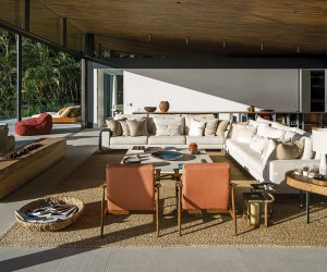 One with the Ocean: Scintillating Veranda Shapes Tranquil Family Retreat