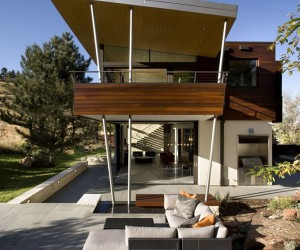 Sustainable Syncline House in a Picturesque Mountain Setting