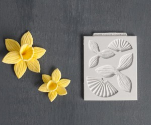 These 15 DIY Gum Paste Flowers Will Jazz Up Any Cake