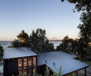 Woodsy Casa LM: Mesmerizing Lakeside Home with a Volcano in the Backdrop